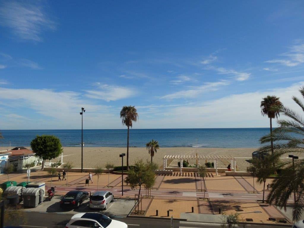 IBI : 885 €/year  Community fees: Spacious beach front apartment located in Los Boliches, Fuengirola, Spain