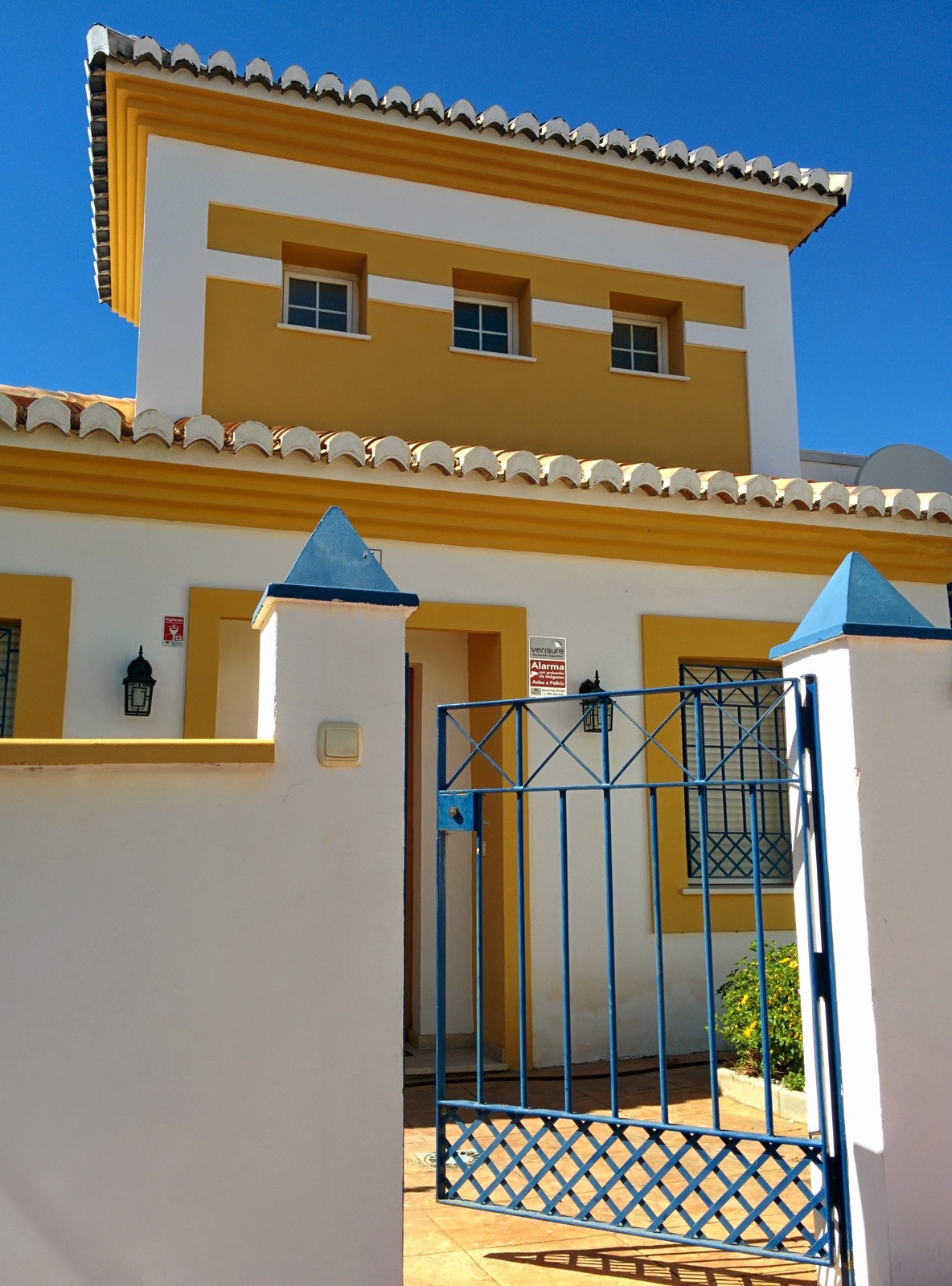 A spectacular house in one of the most prestigious urbanisations of Calahonda.  This two-storey prop,Spain