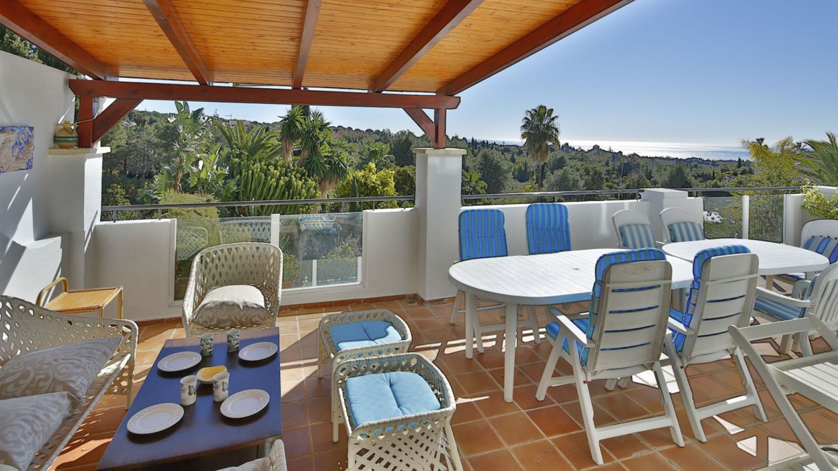 This lovely semi-detached villa is located in a good area to the north of Marbella and offers beauti,Spain