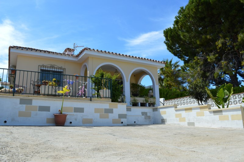 A delightful one level detached Villa, in a sought after urbanisation conveniently located half way ,Spain