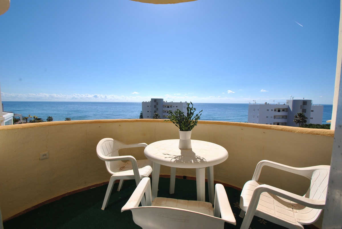 A fantastic one bedroom apartment in an unbeatable location, front line beach in Calahonda with amaz,Spain