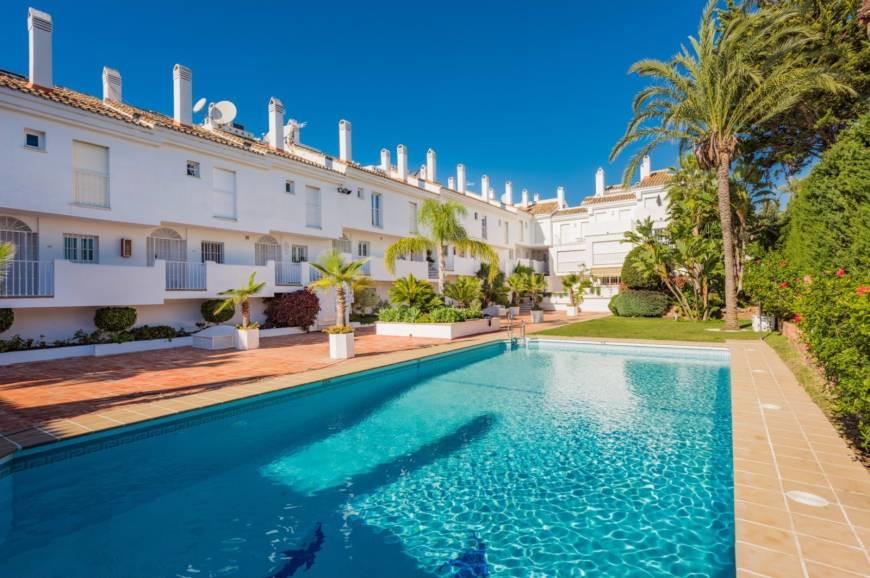 LOCATION !! SEA VIEWS!!  ROOF TERRACE!!  Triplex penthouse apartment in Nueva Andalucia area, Marbel,Spain