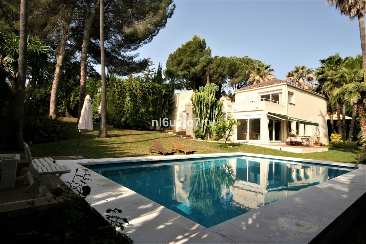 Villa with 4 bedrooms in great location. Situated in the heart of Nueva Andalucia and offers walking,Spain