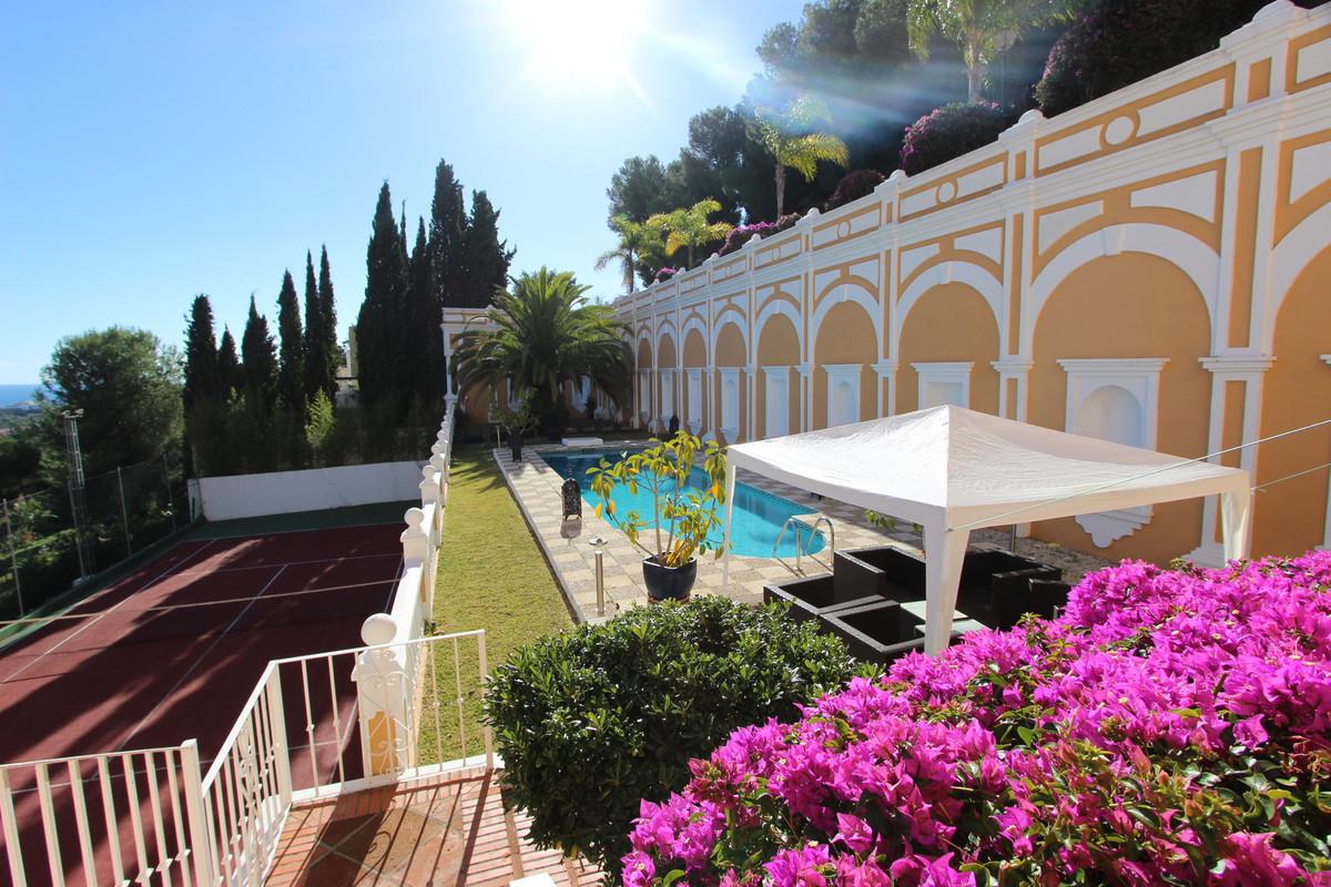 Detached Villa, Nueva Andalucia, Costa del Sol. 6 Bedrooms, 5 Bathrooms, Built 1007 m², Terrace 150 ,Spain