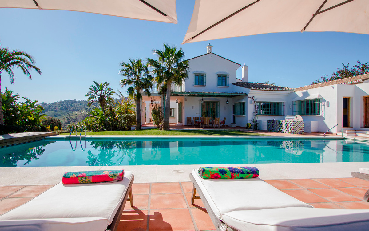 Wonderful villa located in the urbanization La Mairena in the quiet of nature, surrounded by mountai,Spain