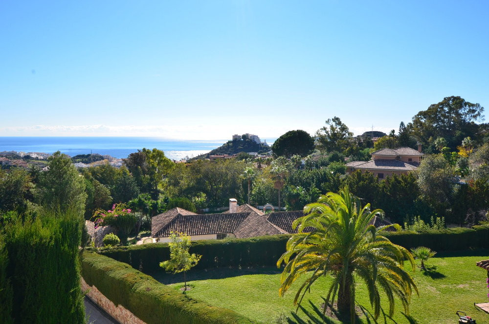 FANTASTIC SEMI-DETACHED HOUSE WITH SEA VIEWS! Located in one of the best developments in Benalmadena,Spain