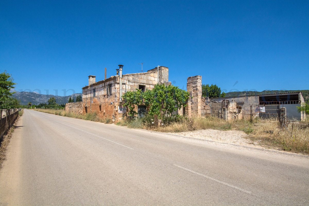 Plot with existing building which can be reformed or you can take this down and build a new project , Spain