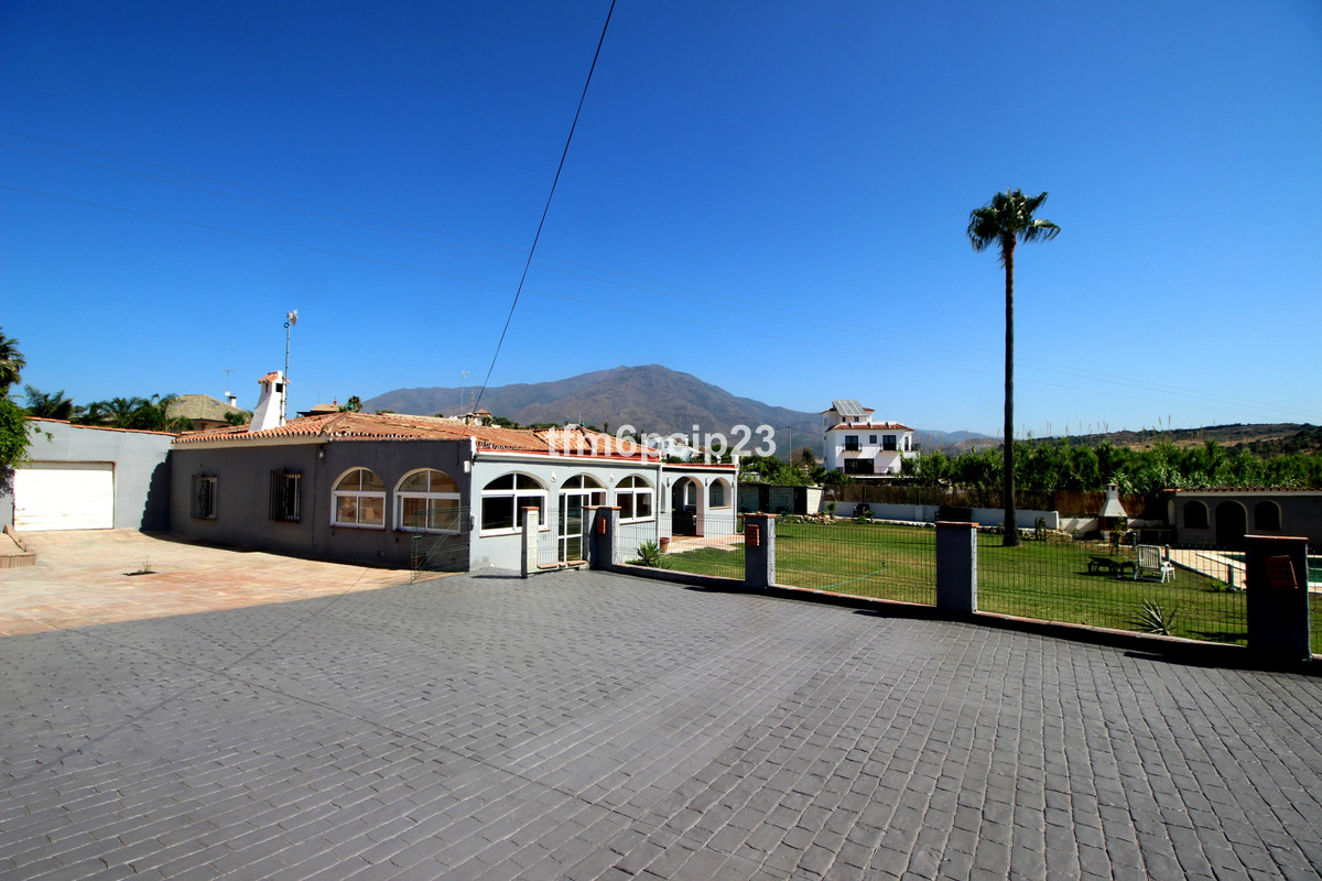 This superb detached villa is situated on a 3000m2 plot in Valle Romano just inland on the outskirts,Spain