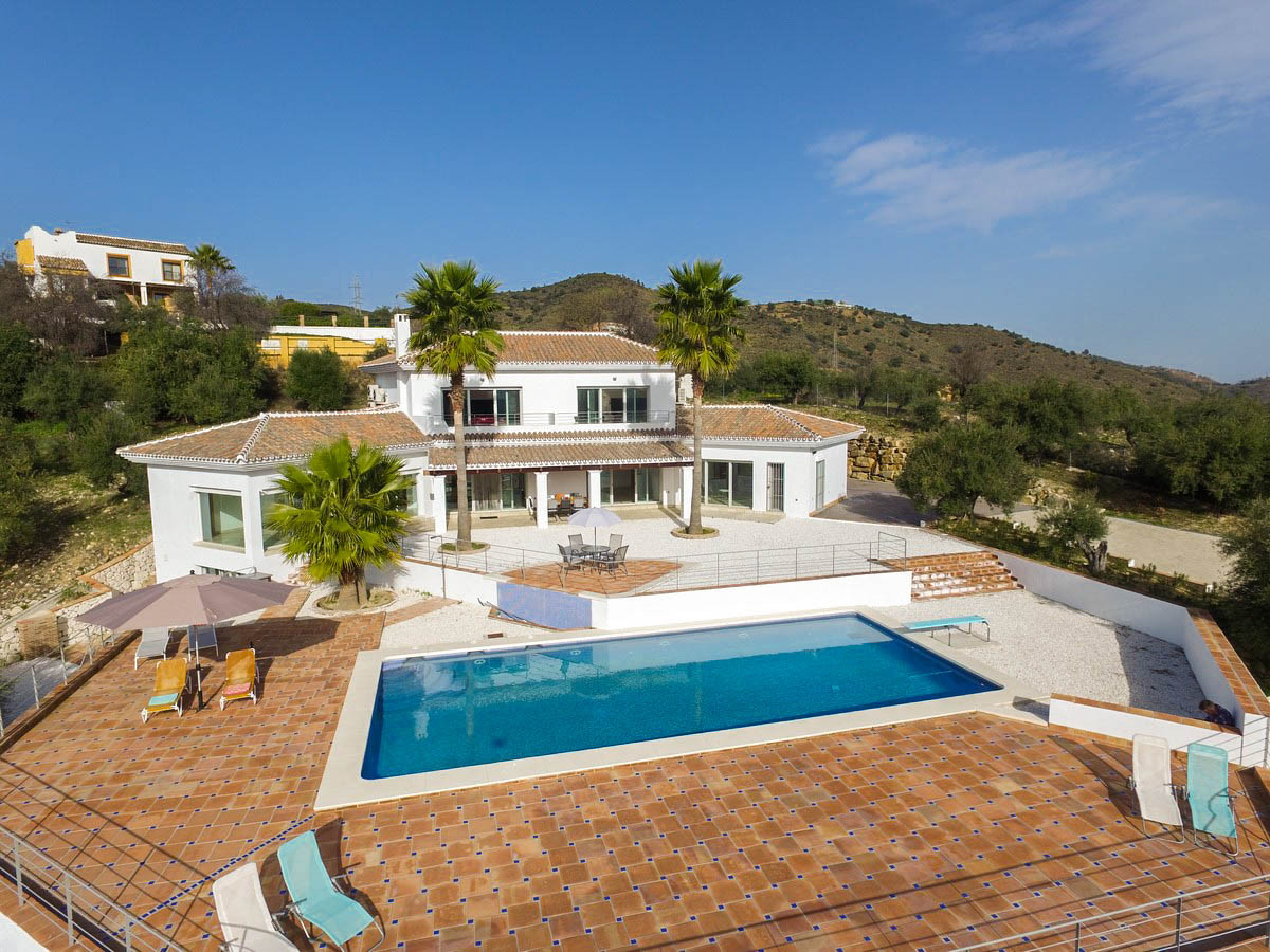 RECENT REDUCTION FROM 1.500.000€ TO 1.200.000€!!  Brand new Villa, With First Occupation License andSpain