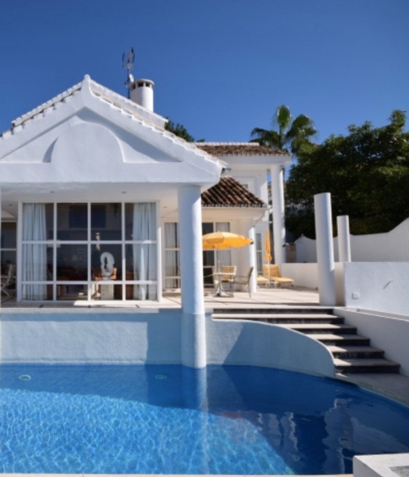 Fabulous three bedroom villa for sale in the prestigious Nueva Andalucia Valle del Golf. A modern st, Spain