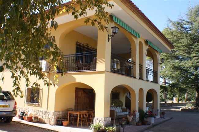 Impressive villa of 380m2 in a fenced plot of 3889m2. Mature garden with electric gated entrance. Su,Spain
