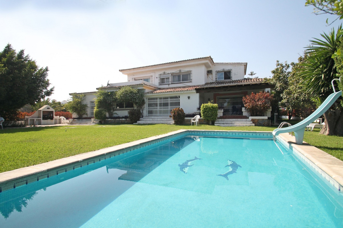 Exceptional opportunity to acquire this South facing five bedroom corner villa situated in a prime l, Spain