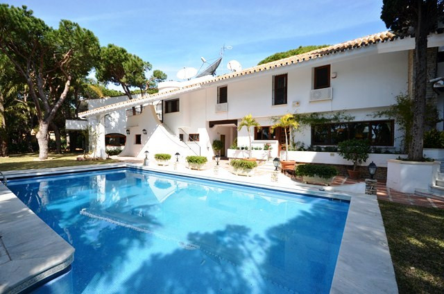 This Villa is situated in a prime location close to the beach and Marina of Cabopino. Once two villa,Spain
