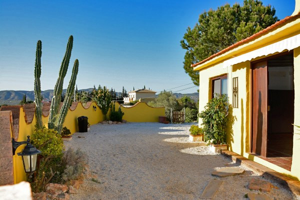 For sale: A cosy country house with good access close to Lauro Golf that consists of a living-dining Spain