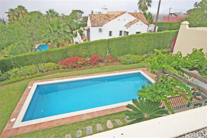 Amaizing views to this Villa at El Paraiso Alta. Very private at the end of a cul-de-sac. Imposing d,Spain