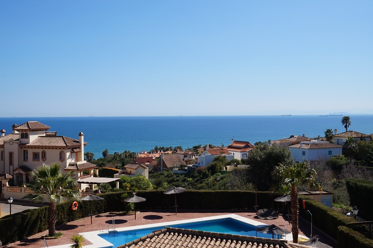 PANORAMIC VIEWS!!!   GOLF AND MOUNTAINS!!!    PRIVATE GARDEN!!!   Cosy 3 bed Townhouse in  Alcaidesa,Spain