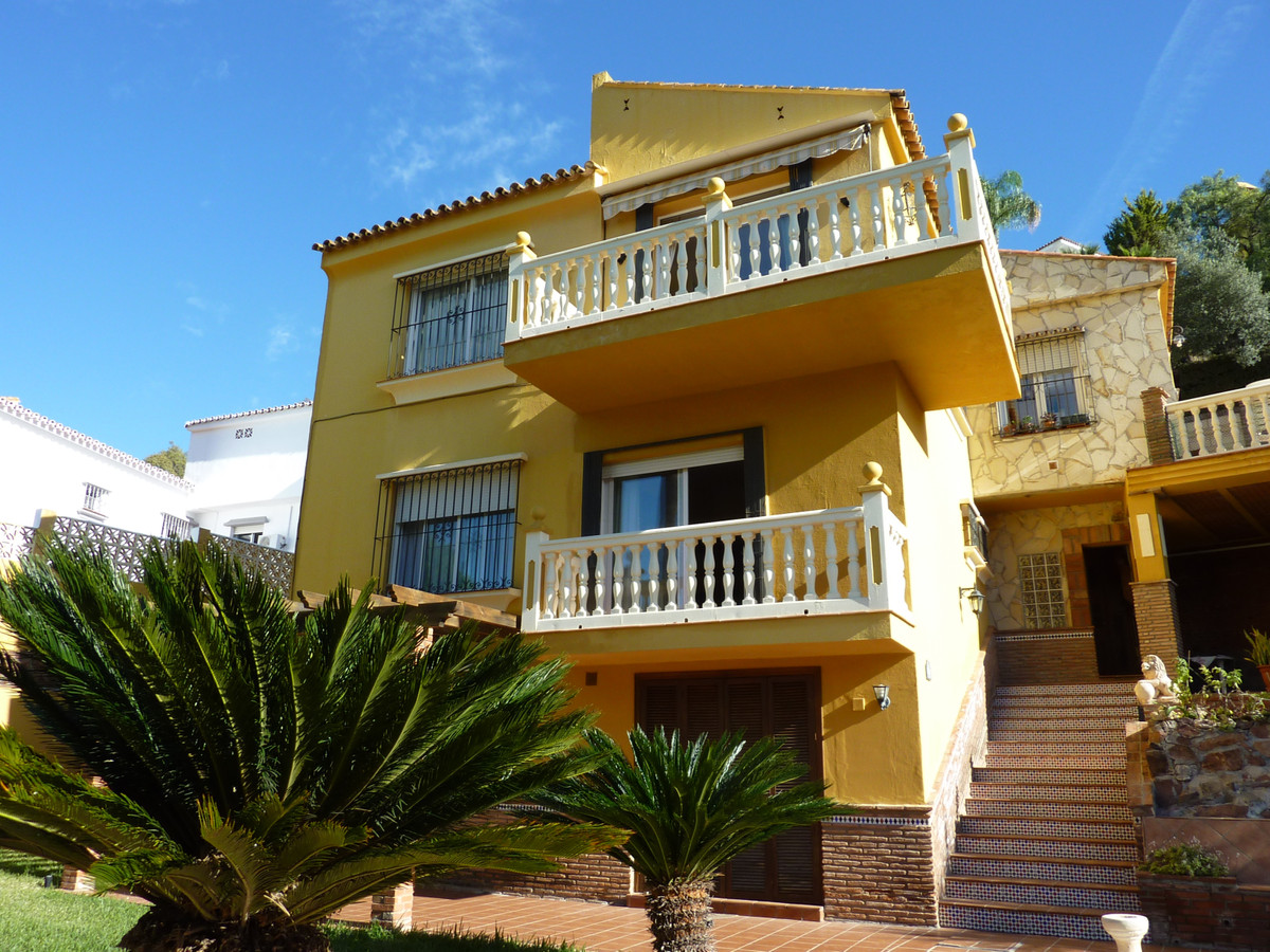 Detached villa on a plot of 835 m2 distributed on three floors with porches, several terraces, garde, Spain