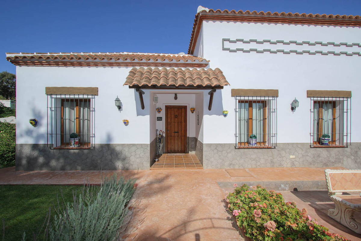 Detached Villa in great location.  WALKING DISTANCE  to shops, bars and restaurants.  This luxury vi,Spain