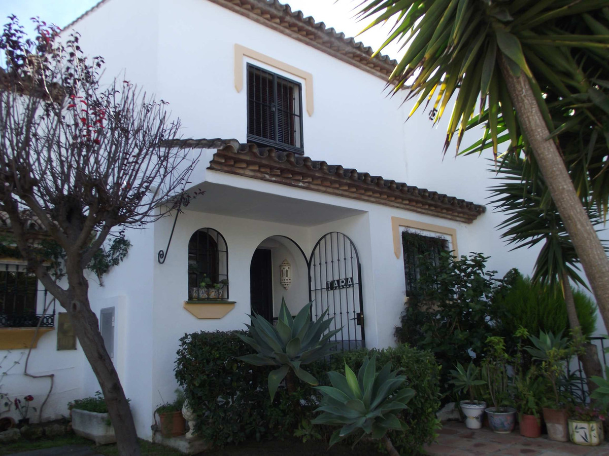 REDUCED A superb south facing 2 bed townhouse in an excellent location only minutes from the centre , Spain