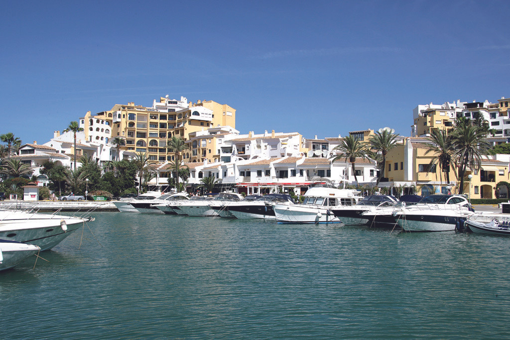 Three bedroom apartment in the port of Cabopino.Set in 15 acres, Puerto Cabopino is one of the fines,Spain