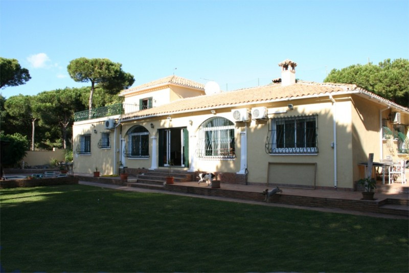 Large family villa situated next to the 7th tee of Cabopino Golf and within walking distance to the ,Spain