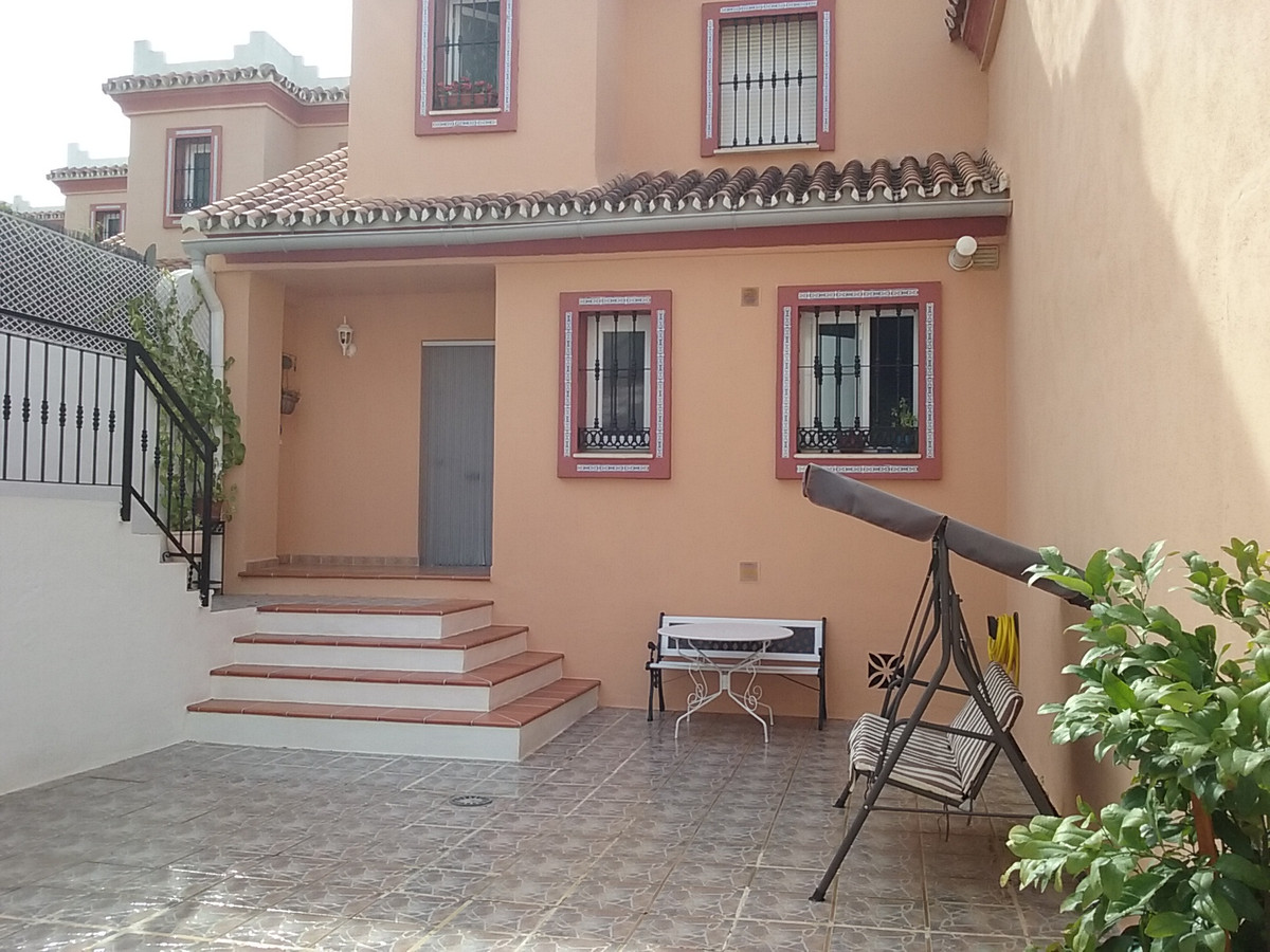 Beautiful townhouse south oriented, offering gorgeous sea and city views. Located in a family orient, Spain