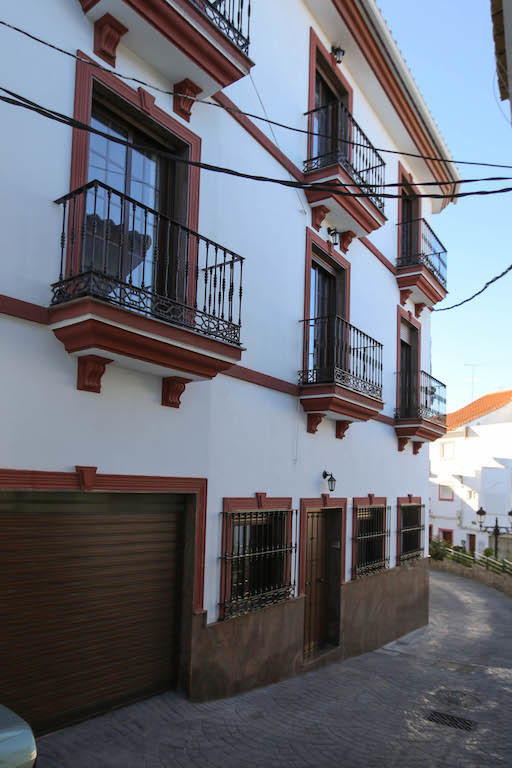 A fantastic business opportunity, an apartment block overlooking the town square in Guaro. All apart, Spain