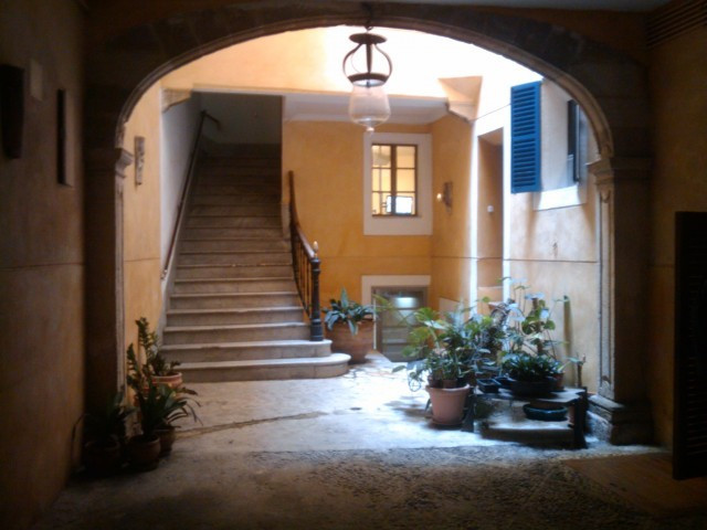Apartment Sold in the historic office of Palma de Mallorca. Access is through two doors through two , Spain
