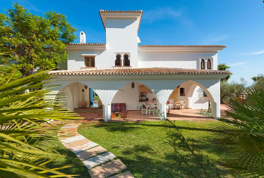 Wonderful 5 bedroom, 4 bathroom villa of over 383m², located in a private and enclosed urbanisation , Spain