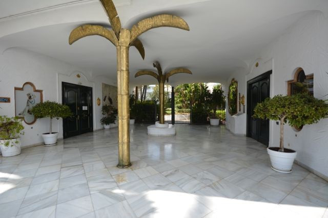 Stunning beachside apartment for sale in Marbella Golden Mile, Costa del Sol. South facing with nice,Spain