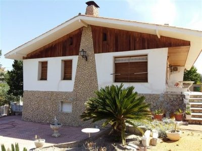 Large pretty house of 200m2 on the outskirts of town. A short drive to the supermarket and bars. A q, Spain