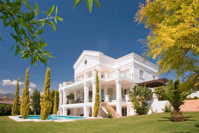 Stunning contemporary villa situated frontline to The Los Flamingos Golf and Country Club.  This mag, Spain