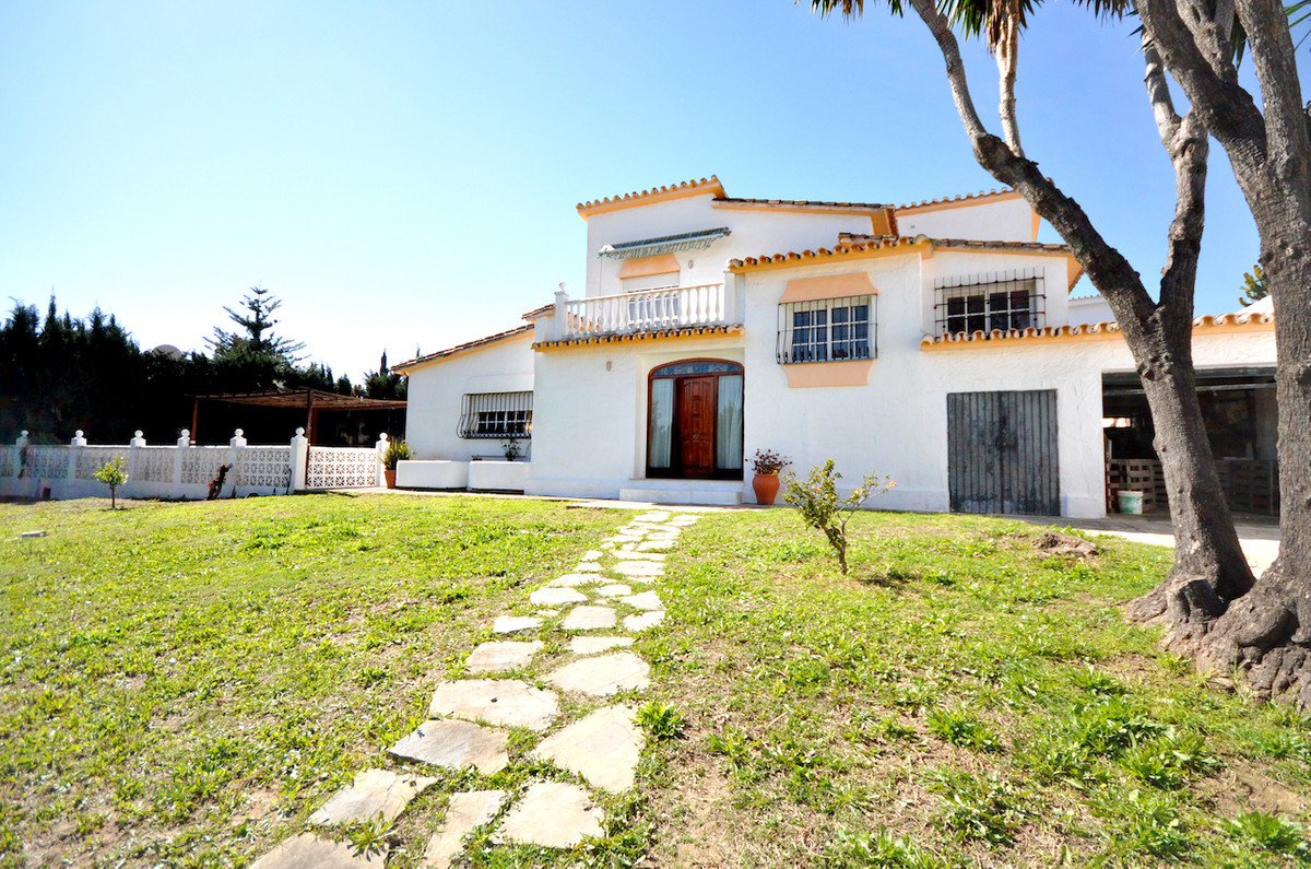 Beautiful detached villa of 256m2 located in the quiet urbanization of Montealto, this property has , Spain