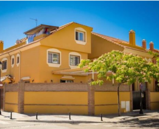 Superb Semi-detached House in Fuengirola, a stone's throw from the center 280 meters built, 240 ,Spain