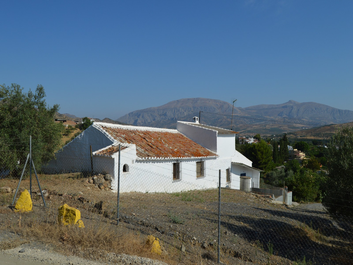 Beautiful Finca of 22.500 m2 with an old house that needs to be modernized just 1 km from Alora.  Be, Spain