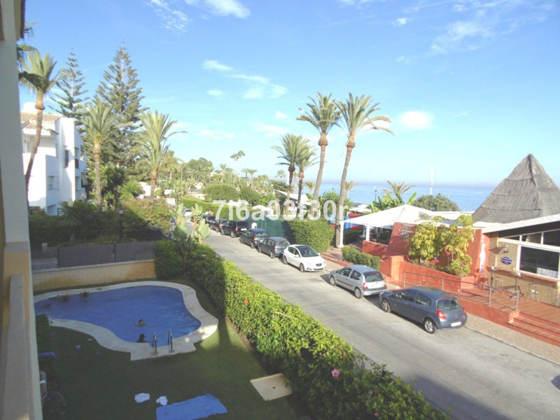 Modern 3 bedroom apartment in excellent condition with large terrace overlooking the gardens, absolu,Spain