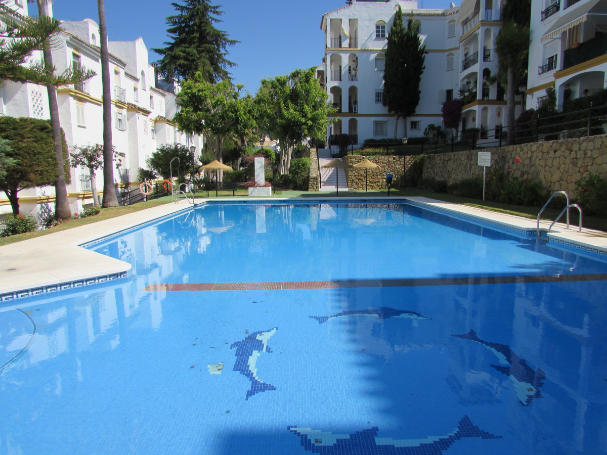 Nice apartment on the ground floor in a gated community with garden and communal pool. It has recent, Spain