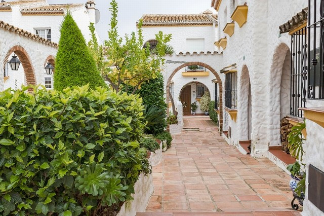 In the picturesque and unique andalusian style urbanization Tio Charles Village, we present this coz, Spain