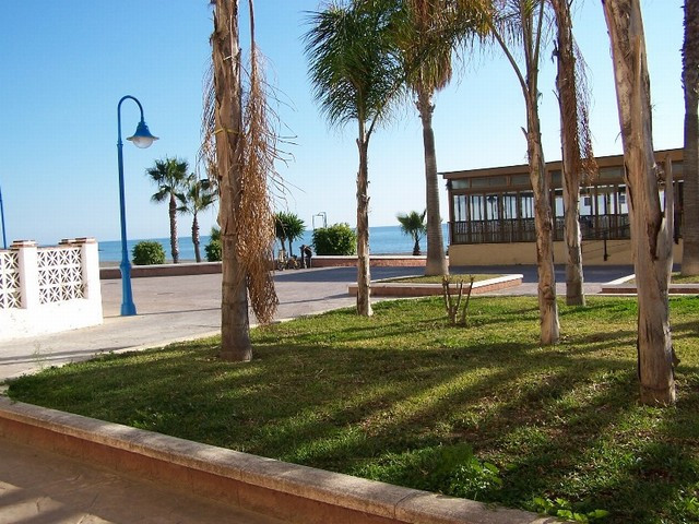 Cosy little ground floor apartment, built in a typical Andalusian Style, situated front line beach w,Spain