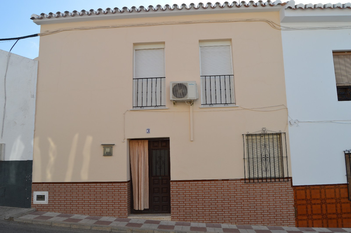 Nice town house within walking distance of the train station of Alora.  Town house in 'Barriada,Spain