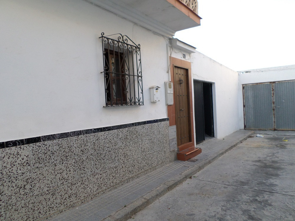 Semi-detached house in the center of Alhaurin de la Torre.  It consists of 4 bedrooms and 1 bedroom ,Spain
