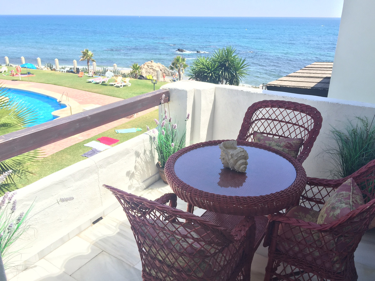Beautiful penthouse located inside a gated frontline beach urbanisation in Calahonda, close to all k,Spain