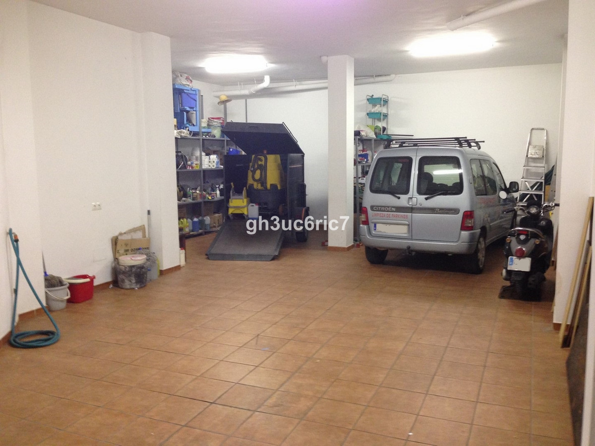 Garage/commercial unit on the border of Fuengirola - Mijas. It is part of a new building of 3 proper,Spain