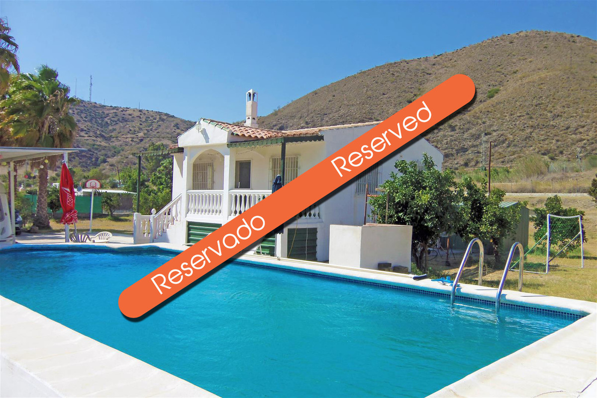This cute country cottage has a huge flat lawned garden and swimming pool. Located between Pizarra a,Spain