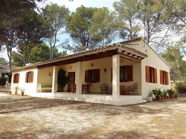 Charming bungalow of 116 m2 in a fenced and gated plot of 2682 m2. Located in the sort after area of, Spain