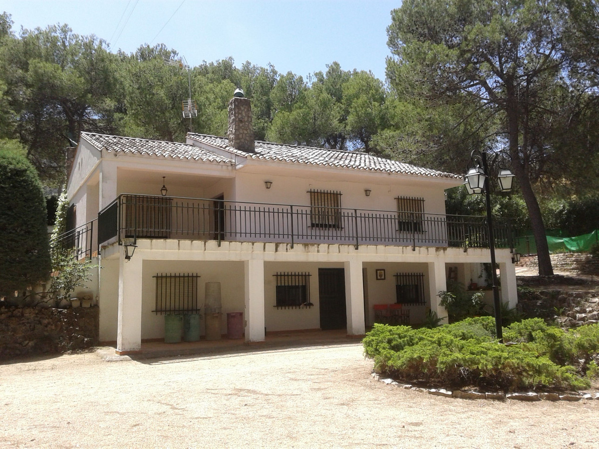 In the leafy suburb of Pou Clar you have this large property of approximately 250m2 in a fenced plot, Spain