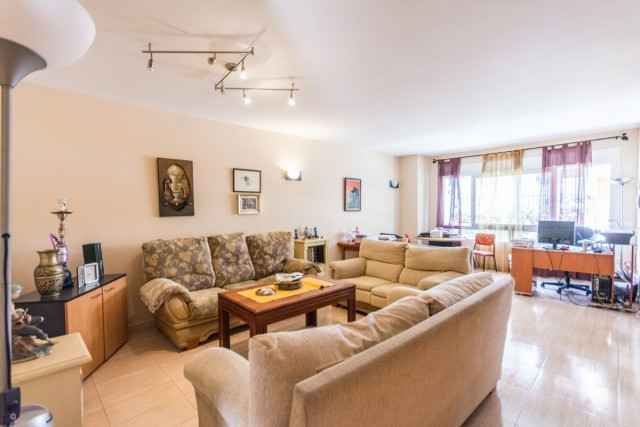 Large apartment in central Fuengirola.  Ideal for investment !!!  It is distributed as follows: Entr,Spain