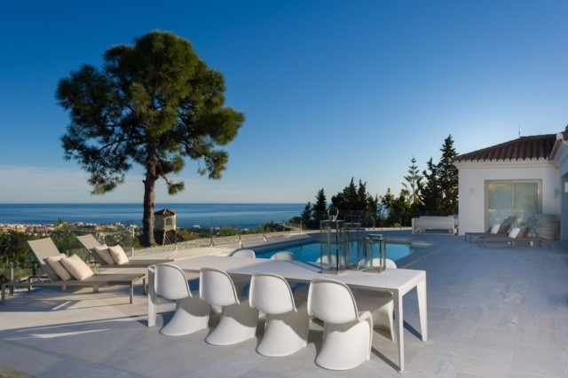 We offer you this villa, a diamond in a unique environment, Cascada de Camojan, one of the most excl,Spain