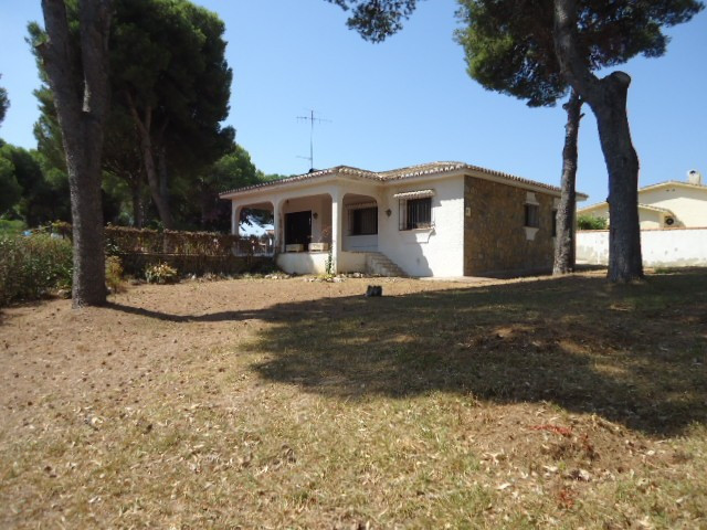 This three bedroom, two bathroom villa is located in a quiet road at exit 195 from A7-Ctra. Cadiz (S,Spain