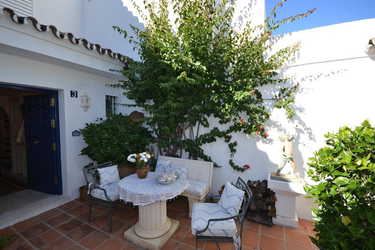 Cozy townhouse situated in a gated community frontline to the Aloha golf course. The development has,Spain